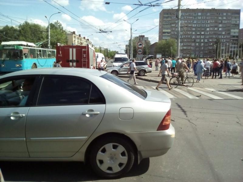 ВРыбинске впроцессе ДТП машину вынесло натротуар: пострадали два пешехода