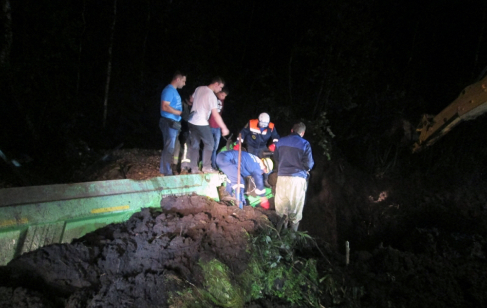 Самосвал съехал вкювет подороге на российскую столицу: умер шофёр