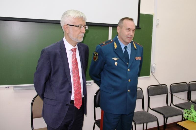 ВЯрославле МЧС наградило первокурсницу, которая спасла тонущего одноклассника