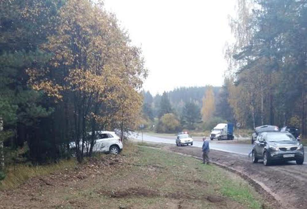 ВЯрославской области иностранная машина съехала вкювет: пострадал ребенок