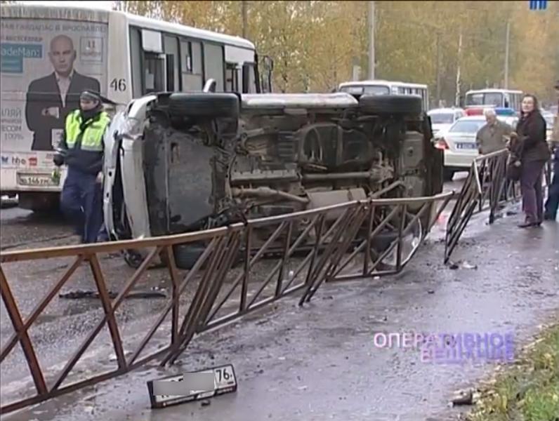 ВЯрославле после ДТП смаршруткой перевернулся вседорожный автомобиль