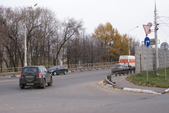 ВЯрославле начали обрабатывать дороги технической солью