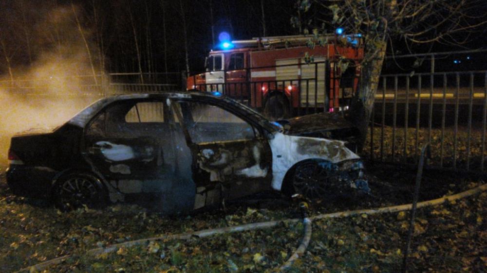 Напроспекте Фрунзе вЯрославле иностранная машина вылетела с дороги изагорелась