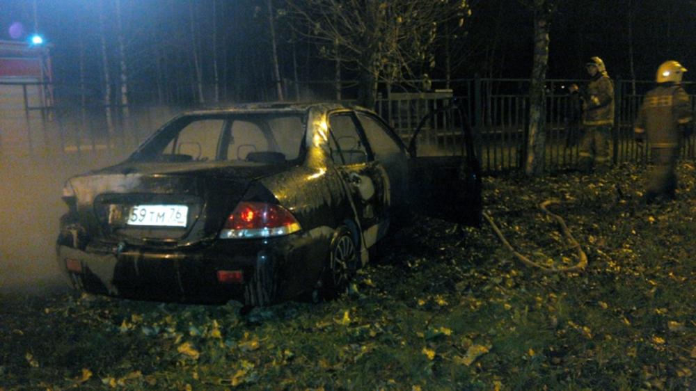 ВЯрославле иностранная машина врезалась вдерево изагорелась