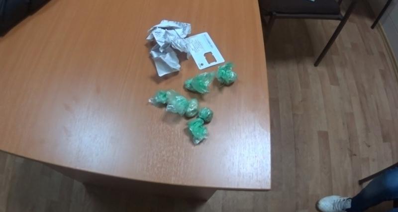 ВЯрославле удевушки отыскали практически полкилограмма наркотика