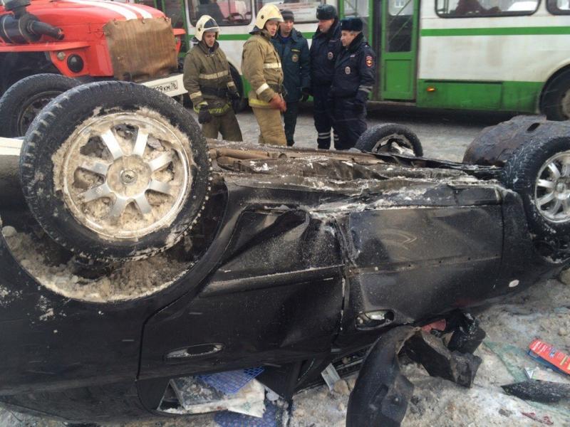 Наулице Бабича вЯрославле нетрезвый шофёр перевернулся наиномарке