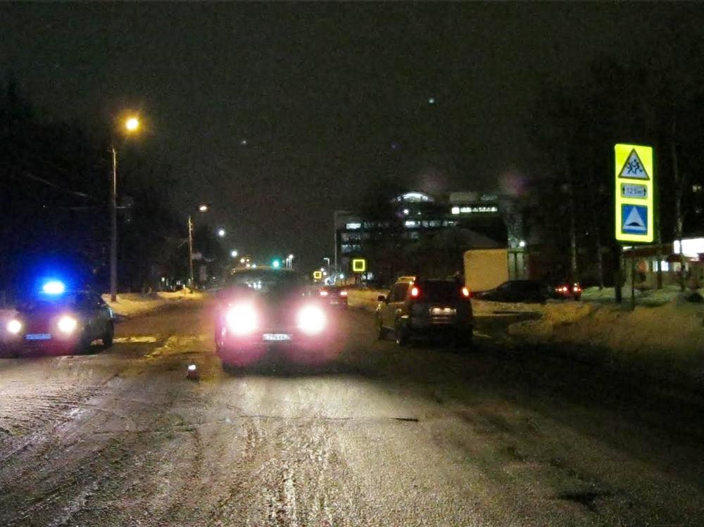 НаУгличской вЯрославле иностранная машина сбила мужчины