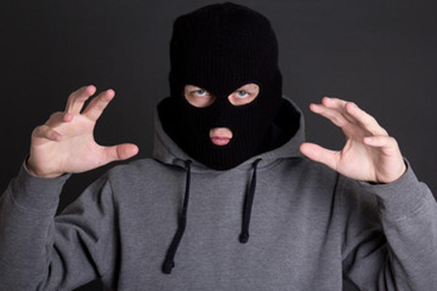 Вооруженный игрушечным автоматом парень ограбил магазин под Ярославлем
