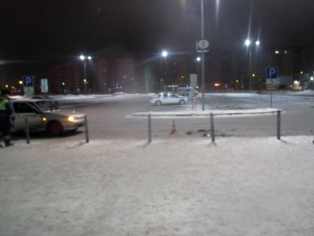 На стоянке уторгового центр «Глобус» нетрезвый шофёр сбил пешехода