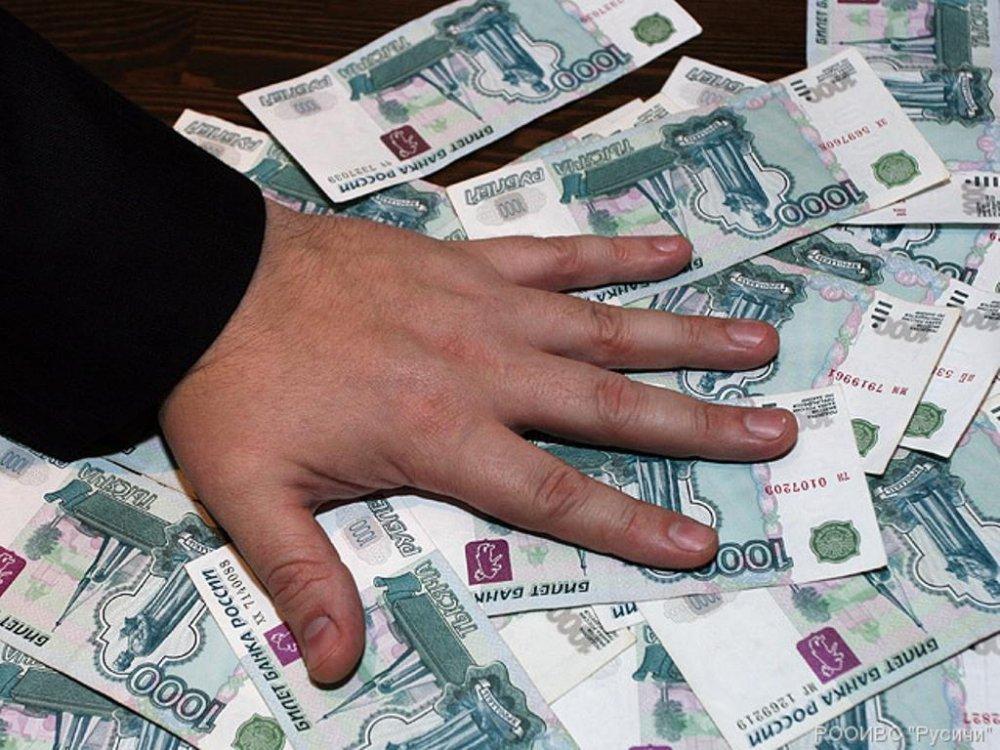 Таксист снял сбанковской карты пассажирки 121 тысячу руб.