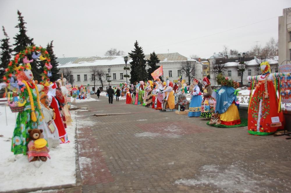 ВЯрославле установили 250 масленичных кукол