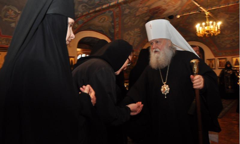 Отярославцев игуменью Варвару поздравили начальники области игорода