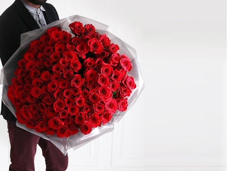 Открытка мужчина с большим букетом роз, мышками цветами