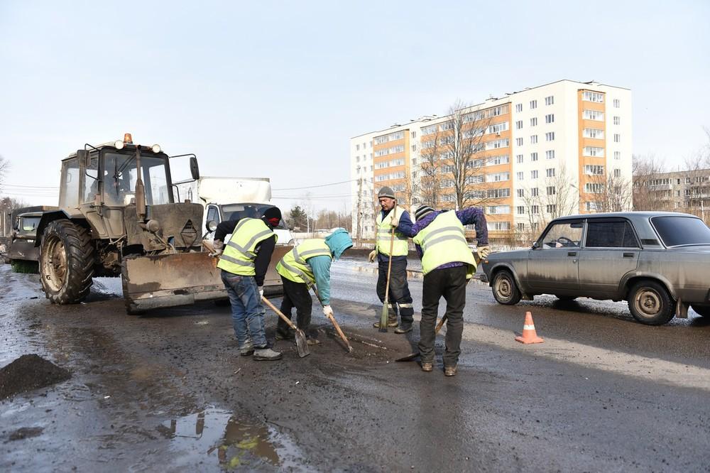 ВЯрославле проводится ремонт дорог всоответствии спогодными условиями