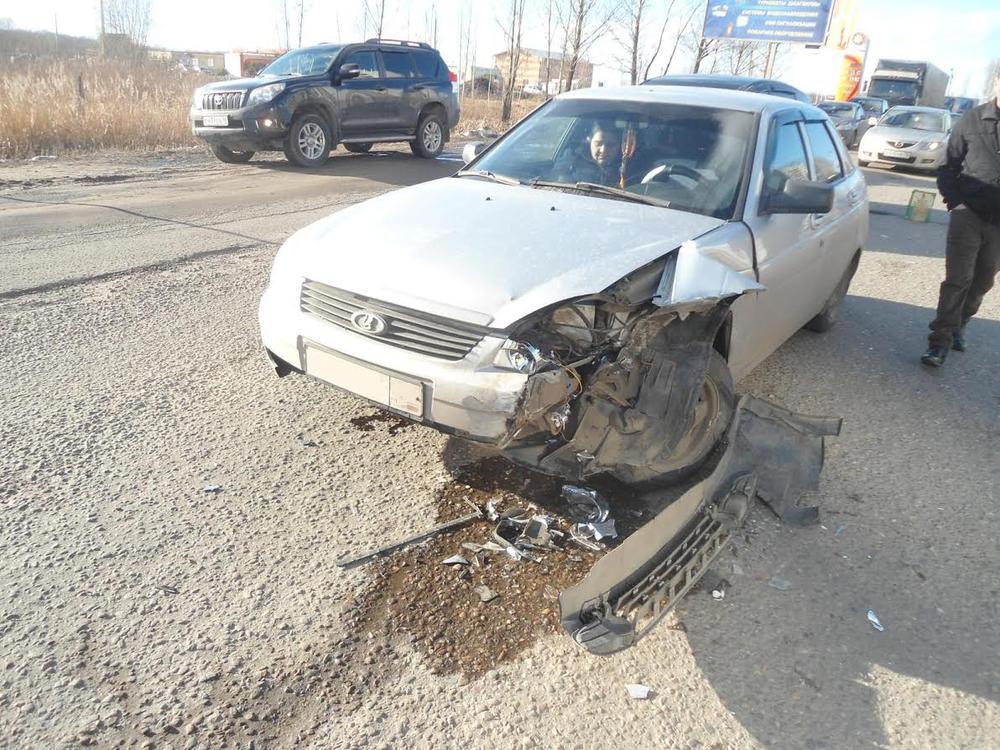 ВЯрославле шофёр «Мазды» сбил 14-летнюю девочку иврезался в«Приору»