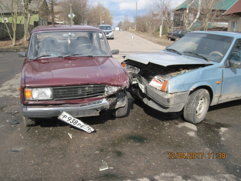 ВЯрославской области два человека пострадали при столкновении легковых машин