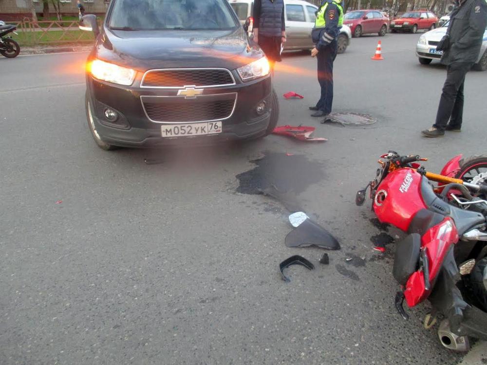 Иностранная машина столкнулась смотоциклом наБольшой Октябрьской вЯрославле