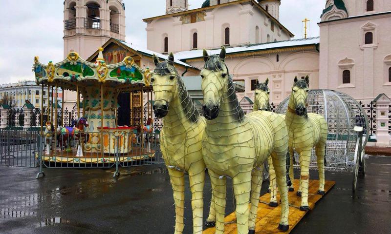 На основной площади Ярославля установили новогодние карусели