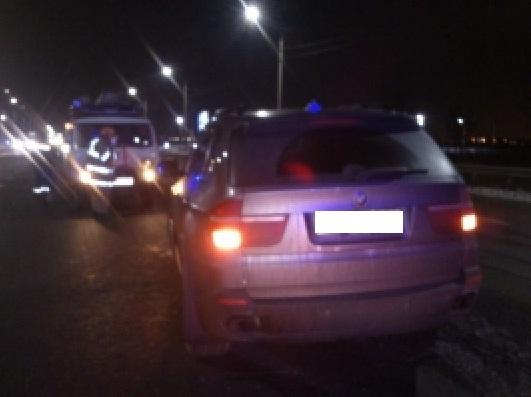 ВЯрославле шофёр иномарки БМВ X5 врезался вдорожное ограждение