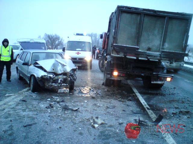 КАМАЗ иВАЗ столкнулись наМ-8 вРостовском районе