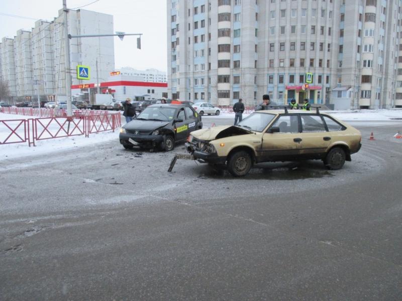 ВЯрославле такси влетело в«Москвич»: пассажир разбил голову