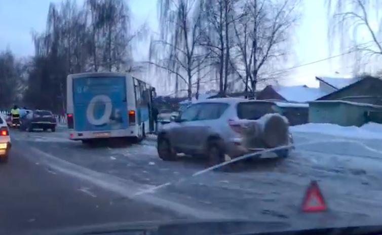 Напроспекте Фрунзе маршрутка спассажирами протаранила ограждение