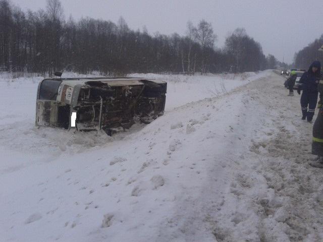 Ночью натрассе Ярославль-Рыбинск перевернулся автобус спассажирами
